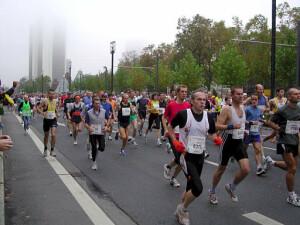 Der erste Kilometer des Frankfurt Marathons 2004